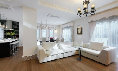 パリの家 Le Logement de Paris憧れの住まいを。 (天井の高い開放的なリビングルーム)