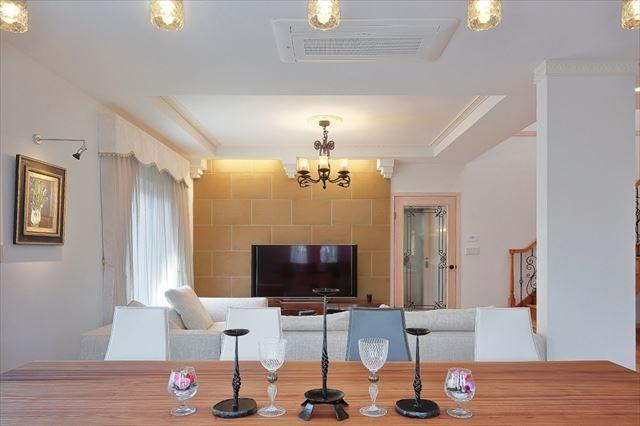 パリの家 Le Logement de Paris憧れの住まいを。 (ダイニングからリビングを)