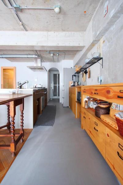 キッチン (大空間に広がるヘリンボーン)