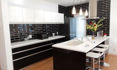 パリの家 Le Logement de Paris憧れの住まいを。 (高級感が漂うリアルウッドの鏡面仕上げの面材キッチン)