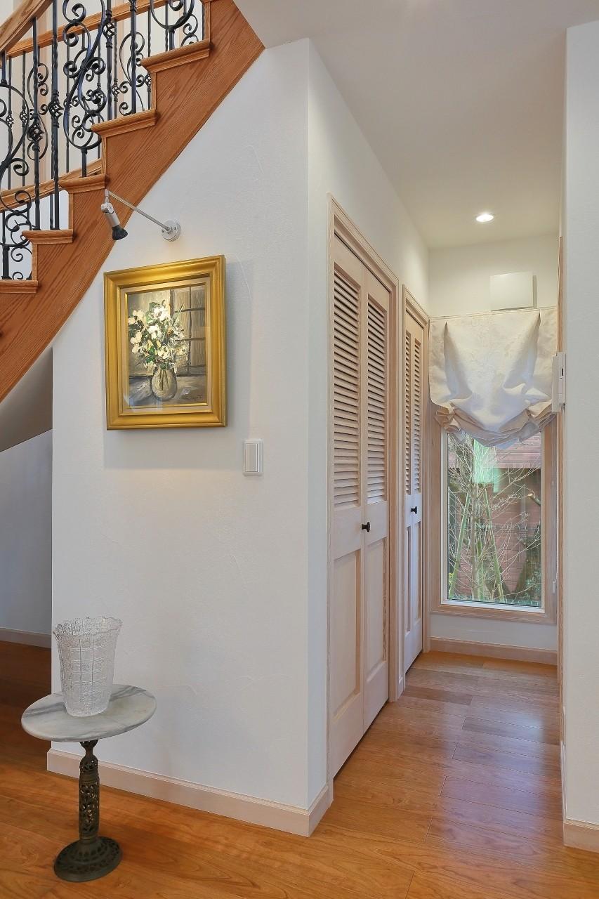 収納事例:LDKから洗面所、浴室へ(パリの家 Le Logement de Paris憧れの住まいを。)