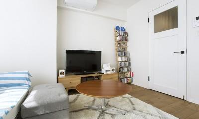 モノトーンの内装とアクセントになる家具|NYのキャッスル・キッチン-こだわり抜いたキッチンで過ごす時間は格別