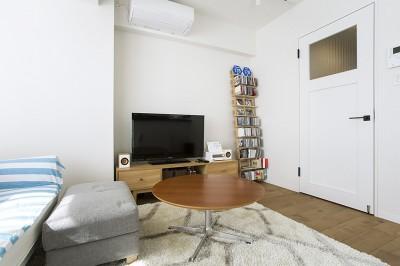 モノトーンの内装とアクセントになる家具 (NYのキャッスル・キッチン-こだわり抜いたキッチンで過ごす時間は格別)
