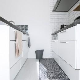 NYのキャッスル・キッチン-こだわり抜いたキッチンで過ごす時間は格別 (白を基調としたモノトーン)