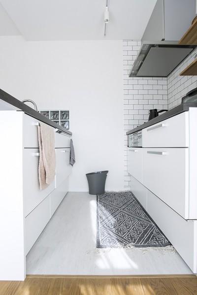白を基調としたモノトーン (NYのキャッスル・キッチン-こだわり抜いたキッチンで過ごす時間は格別)