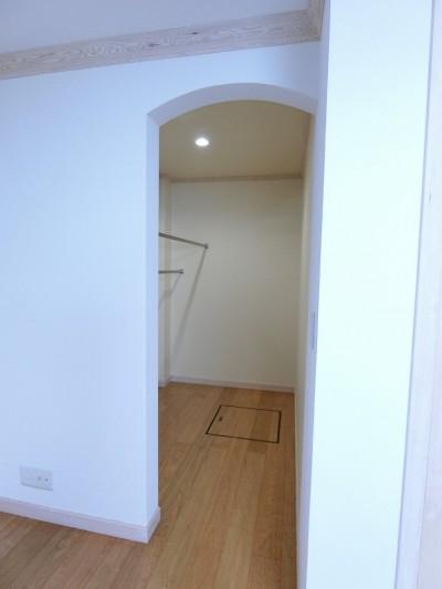 お母様のお部屋のウォーキングクローゼット (パリの家 Le Logement de Paris憧れの住まいを。)