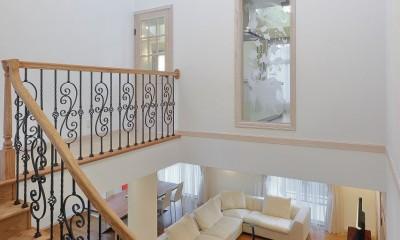 パリの家 Le Logement de Paris憧れの住まいを。 (吹抜けと回廊になっている2階の階段ホール)