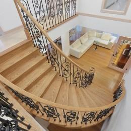 パリの家 Le Logement de Paris憧れの住まいを。 (曲線が美しいサーキュラー階段は、映画の中のワンシーンのよう。)