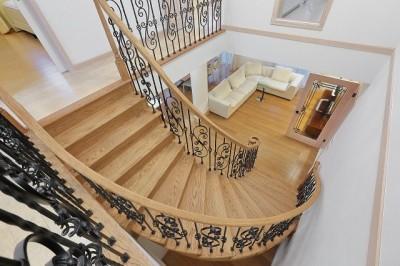 曲線が美しいサーキュラー階段は、映画の中のワンシーンのよう。 (パリの家 Le Logement de Paris憧れの住まいを。)
