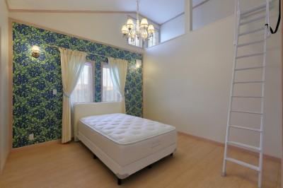 開放的なロフトを設けた寝室 (パリの家 Le Logement de Paris憧れの住まいを。)