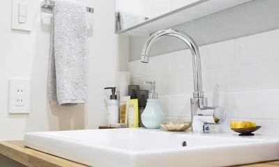 白タイル×白目地×木材|NYのキャッスル・キッチン-こだわり抜いたキッチンで過ごす時間は格別