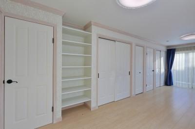 12帖の洋室には背面収納と大型バルコニーを。 (パリの家 Le Logement de Paris憧れの住まいを。)