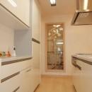 パリの家 Le Logement de Paris憧れの住まいを。の写真 アイランドキッチンとたっぷり壁面収納
