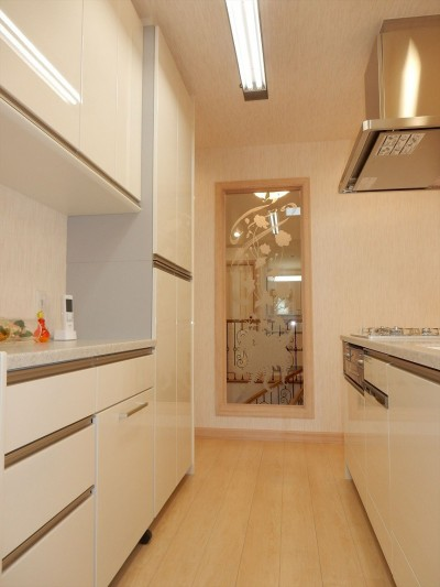 アイランドキッチンとたっぷり壁面収納 (パリの家 Le Logement de Paris憧れの住まいを。)