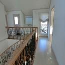 パリの家 Le Logement de Paris憧れの住まいを。の写真 2階のホールには、2世帯、3世帯に備えてトイレ洗面スペースを。