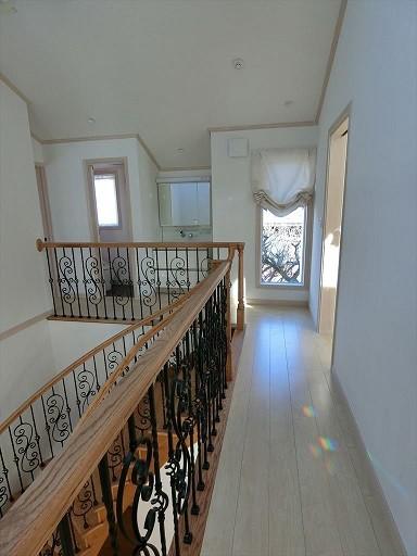 パリの家 Le Logement de Paris憧れの住まいを。 (2階のホールには、2世帯、3世帯に備えてトイレ洗面スペースを。)