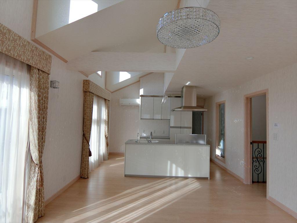 リビングダイニング事例:2階LDK,ドーマーから差し込む光が明るい。(パリの家 Le Logement de Paris憧れの住まいを。)
