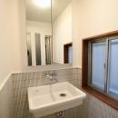 築44年の中古住宅 (戸建て) をフルリノベの写真 理科の実験室のような流しで洗面