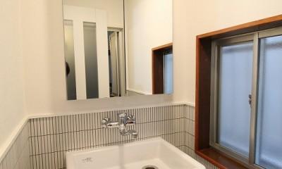 理科の実験室のような流しで洗面|築44年の中古住宅 (戸建て) をフルリノベ