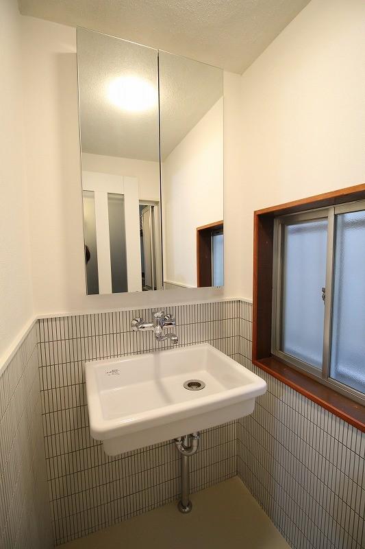 築44年の中古住宅 (戸建て) をフルリノベ (理科の実験室のような流しで洗面)