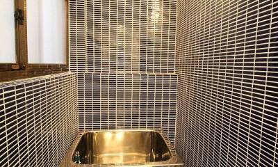 濃紺のタイルのお風呂|築44年の中古住宅 (戸建て) をフルリノベ