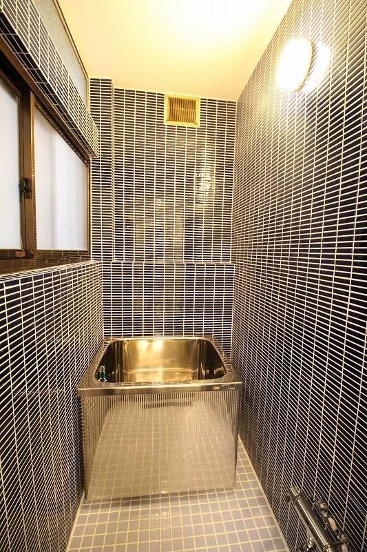 築44年の中古住宅 (戸建て) をフルリノベ (濃紺のタイルのお風呂)