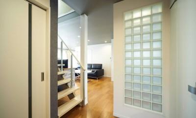 多様性リノベーション~個々の空間も確保しつつ、集う場を広く~ (ガラスブロックで仕切るスケルトン階段ホール)
