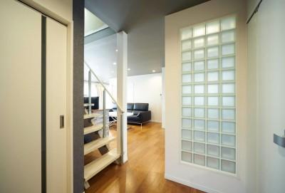 ガラスブロックで仕切るスケルトン階段ホール (多様性リノベーション~個々の空間も確保しつつ、集う場を広く~)