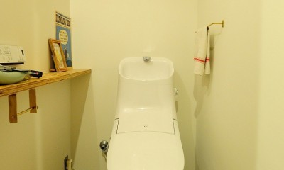 セットアップされた組み合わせの中に自分仕様のアレンジを施す、居心地の良い空間 (トイレ)