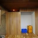 セットアップされた組み合わせの中に自分仕様のアレンジを施す、居心地の良い空間の写真 リビング