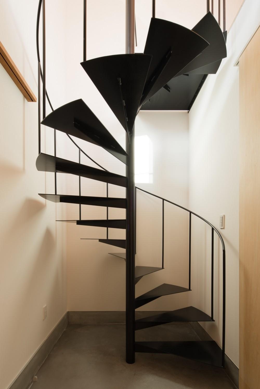 参道沿いの家~らせん階段でつなぐ2世帯住居~ (土間玄関)