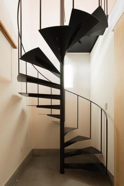 土間玄関 (参道沿いの家~らせん階段でつなぐ2世帯住居~)