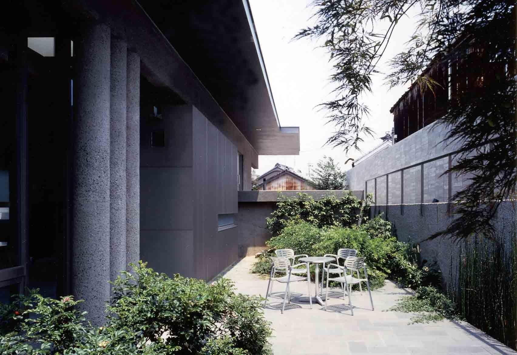 外観事例:中庭から玄関キャノピー方向を見る(蒲郡 海辺市街地の別荘)