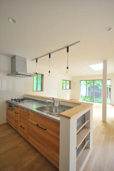 リビングダイニング事例:キッチン(葉山JICCA プロジェクト 築43年の木造住宅をフルリノベーション)