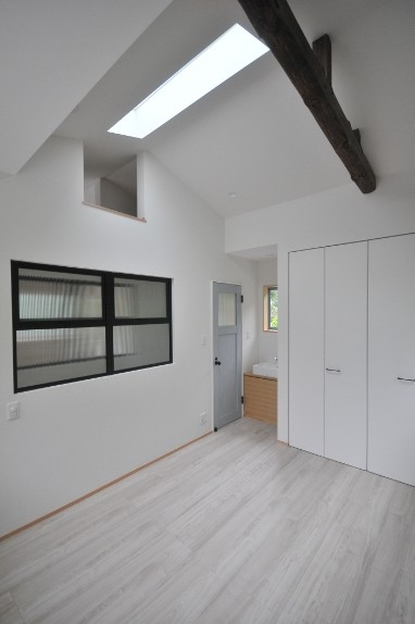 ベッドルーム事例:寝室(葉山JICCA プロジェクト 築43年の木造住宅をフルリノベーション)