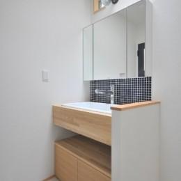 葉山JICCA プロジェクト 築43年の木造住宅をフルリノベーション (洗面室)