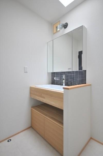 洗面室 (葉山JICCA プロジェクト 築43年の木造住宅をフルリノベーション)