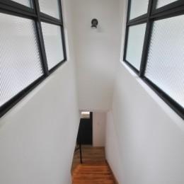 葉山JICCA プロジェクト 築43年の木造住宅をフルリノベーション (階段)