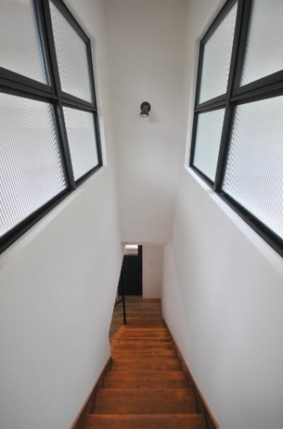 階段 (葉山JICCA プロジェクト 築43年の木造住宅をフルリノベーション)