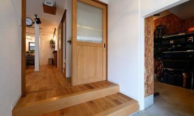 アウトドアを楽しむ家 (土間と繋がる玄関)