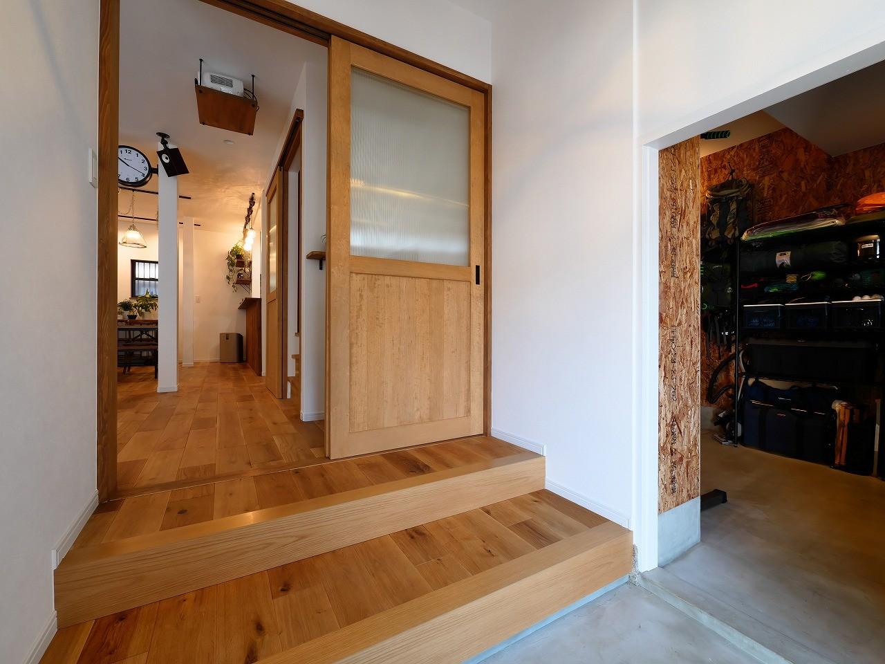 玄関事例:土間と繋がる玄関(アウトドアを楽しむ家)