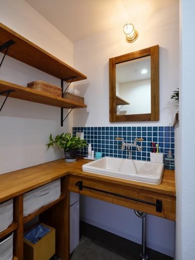 アウトドアを楽しむ家 (造作洗面台)