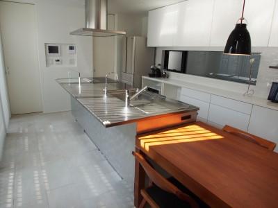 キッチン (港区の家~ルーフテラスのある都心3階建~)