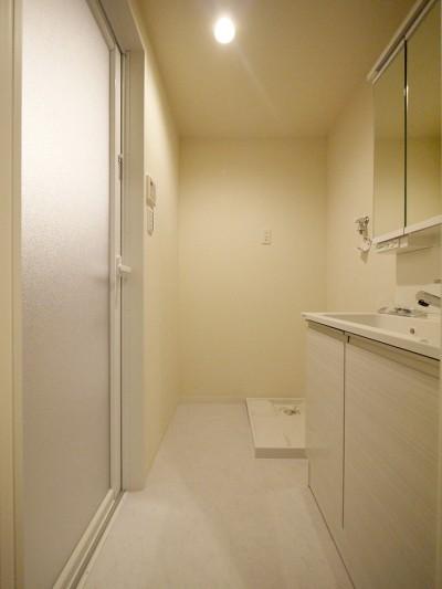 洗面室 (自然な木肌のフローリングに)