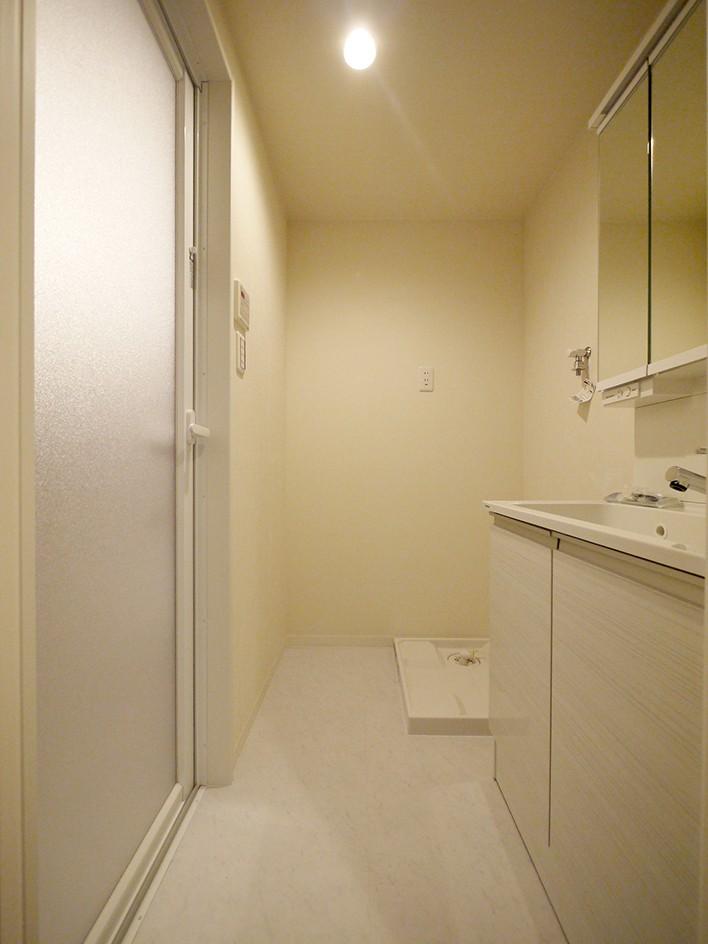 バス/トイレ事例:洗面室(自然な木肌のフローリングに)