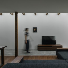 プライバシーを確保しながら光を取り入れる美術館のような家(石部東の家)