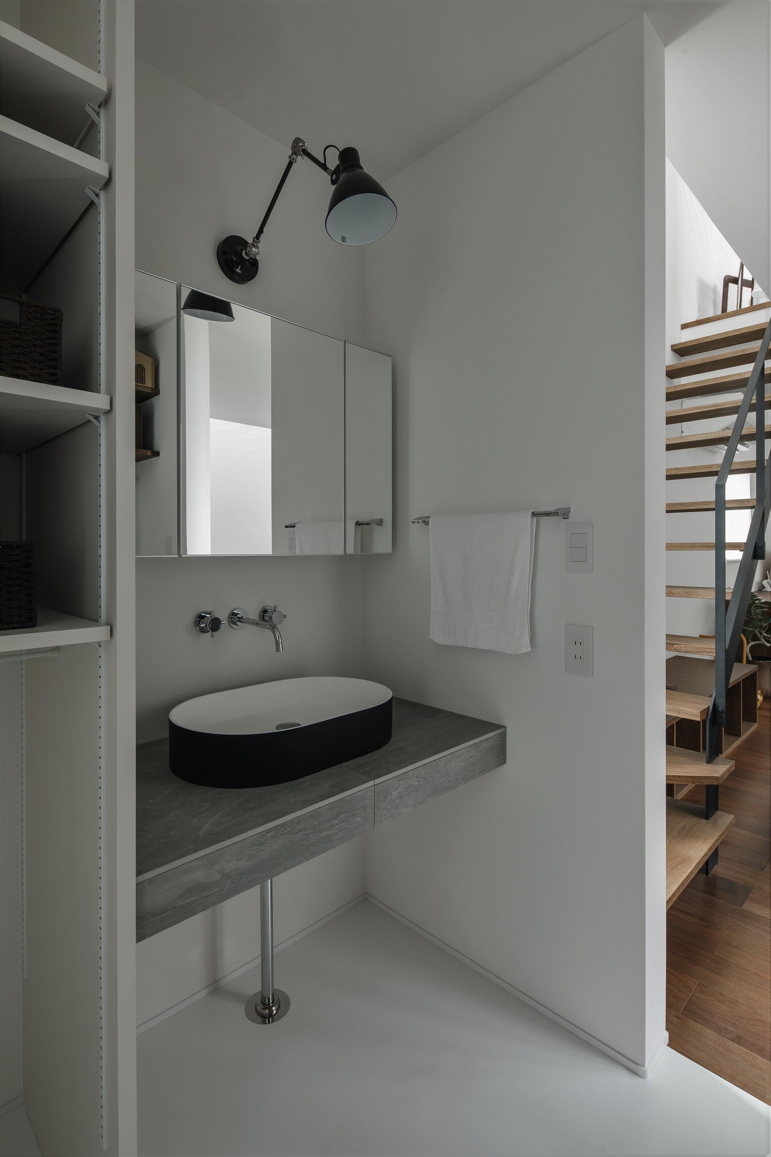 バス/トイレ事例:洗面室(プライバシーを確保しながら光を取り入れる美術館のような家(石部東の家))