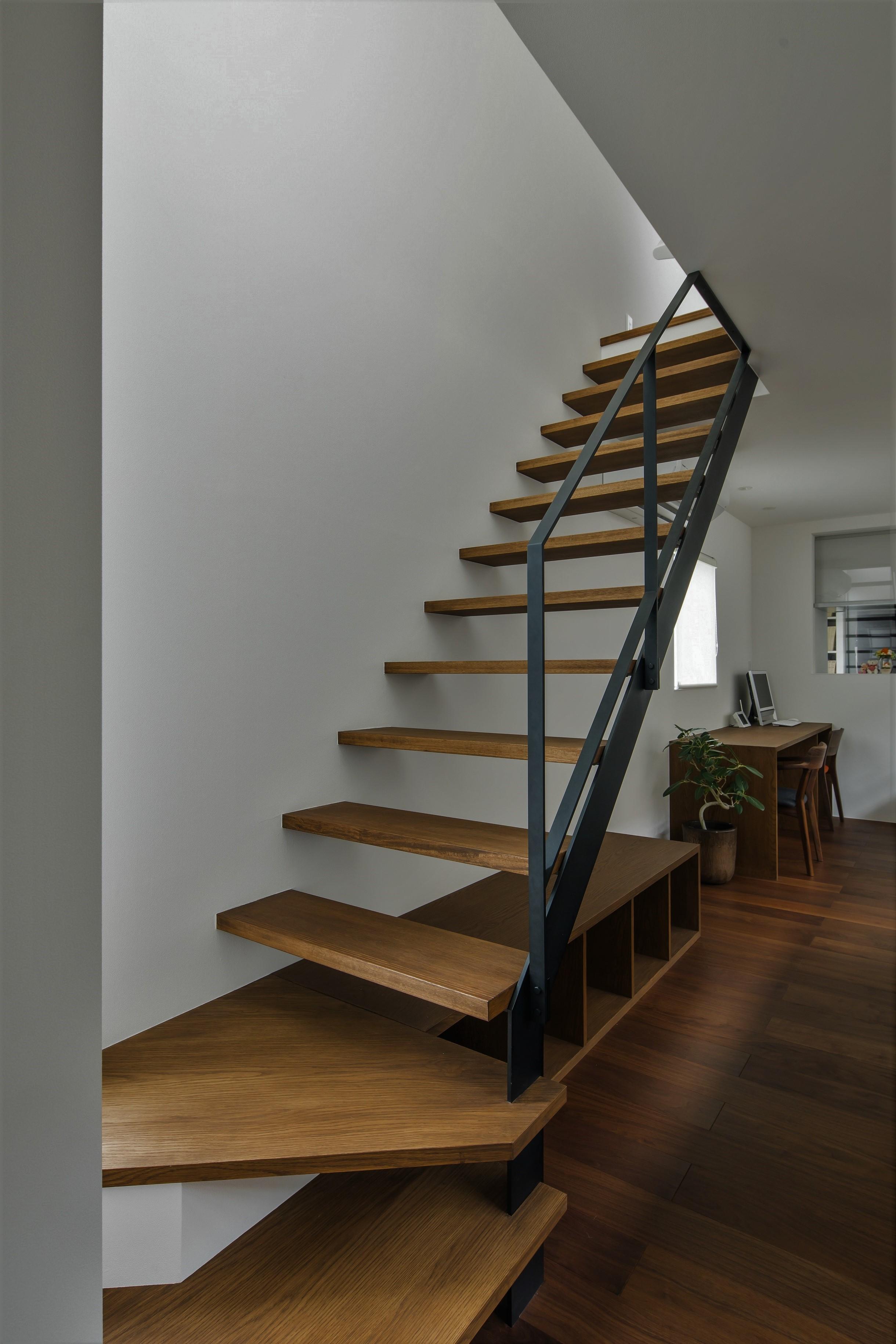 その他事例:ストリップ階段(プライバシーを確保しながら光を取り入れる美術館のような家(石部東の家))
