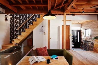 リビング階段 (家族の好きな色と想いをカタチに)