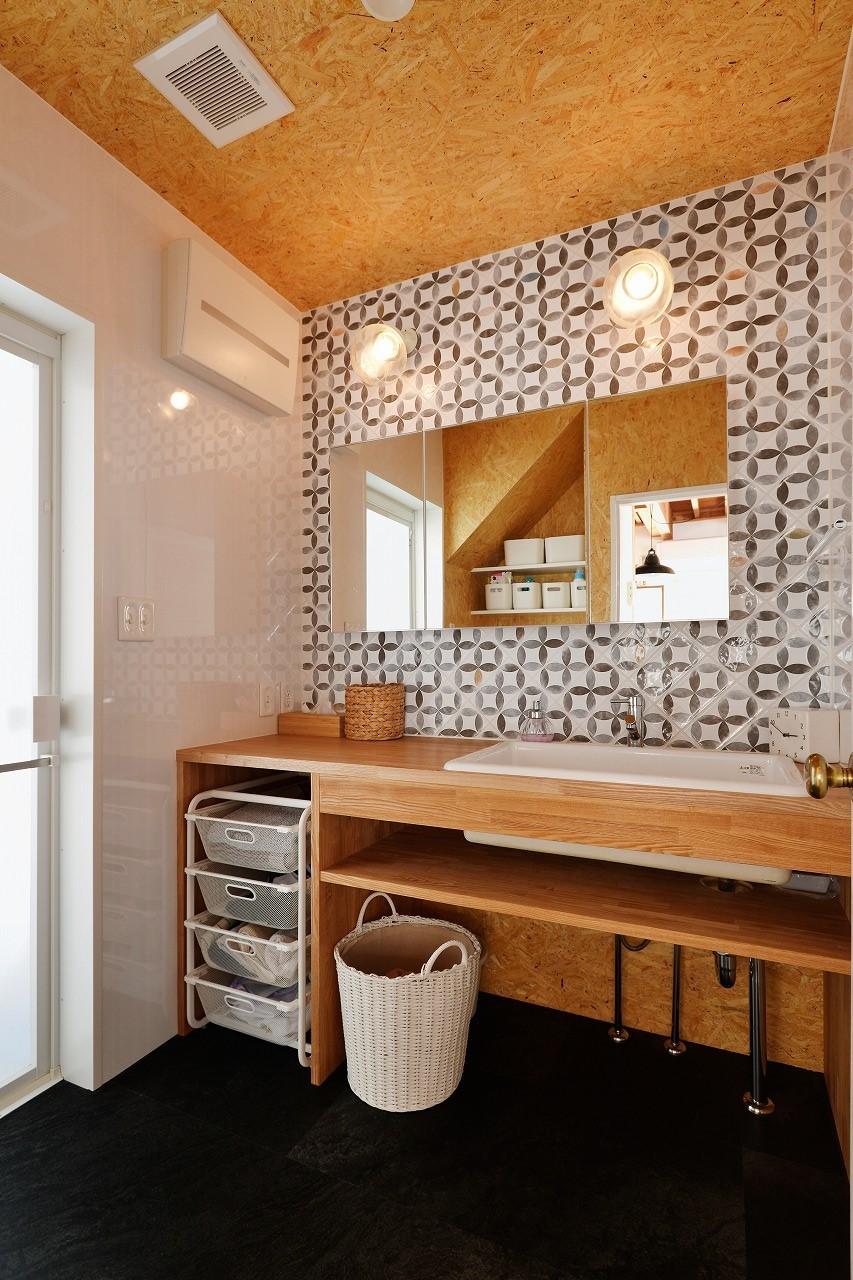 バス/トイレ事例:洗面スペース(家族の好きな色と想いをカタチに)